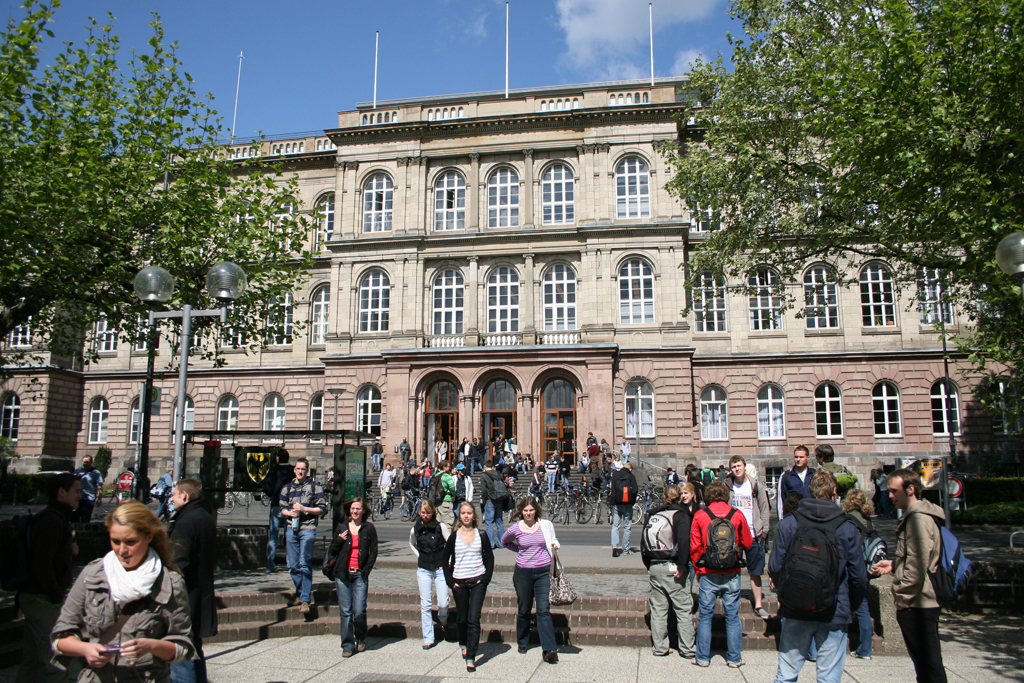 Students in front of the main building of the RWTH